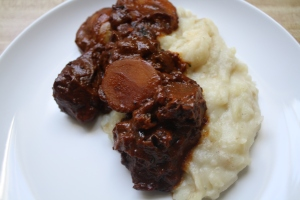 carne con salsa over mashed potatoes